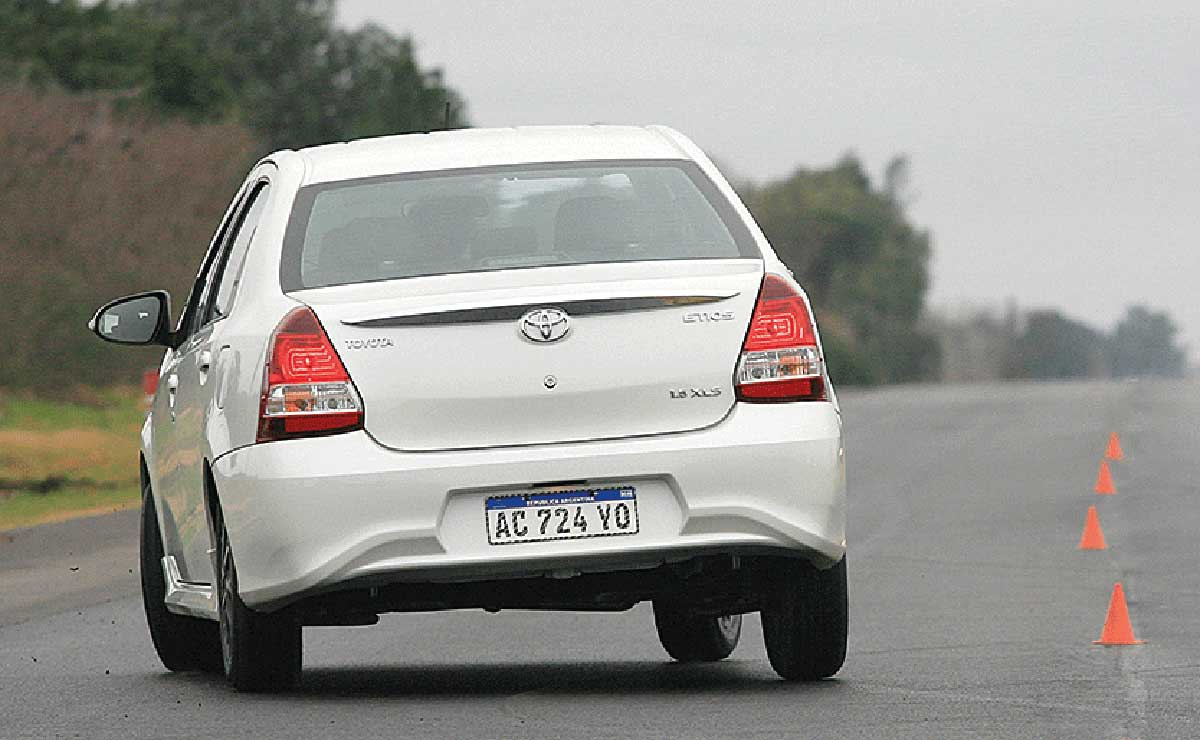 Toyota Etios Sedan XLS cola accion