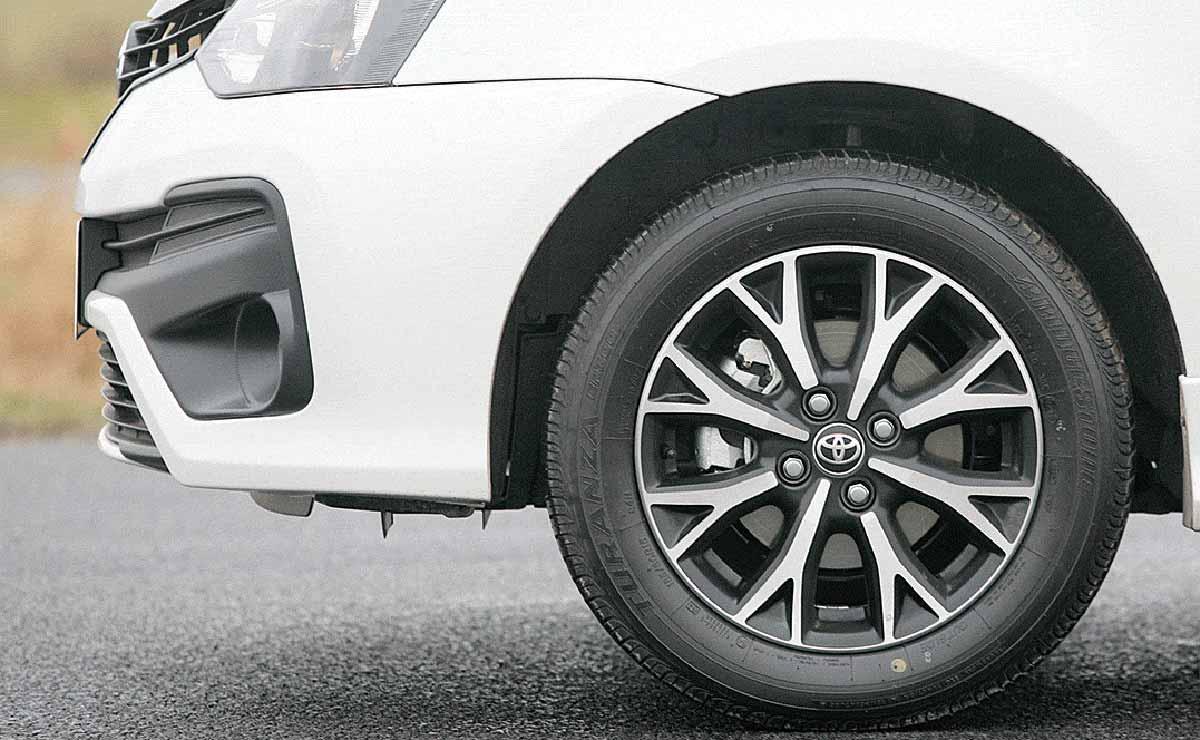 Toyota Etios Sedan XLS llanta