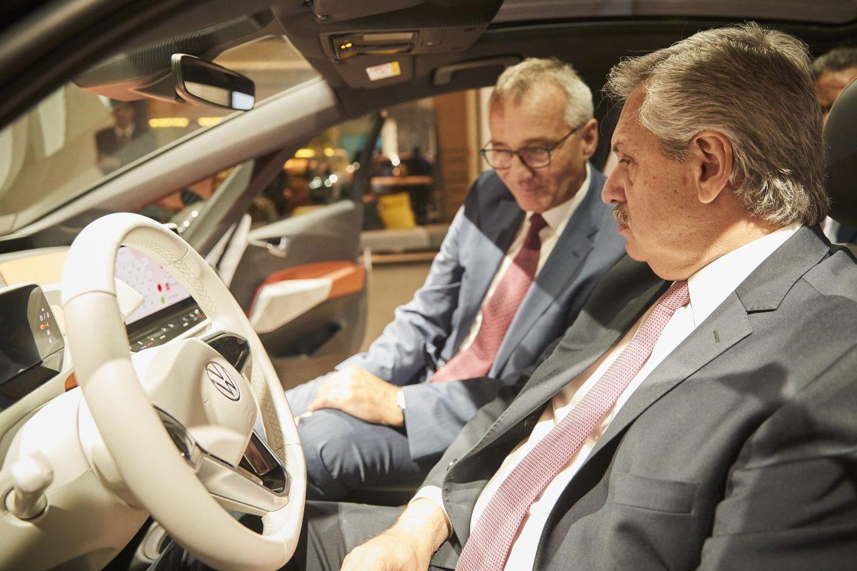 Presidente Dr. Fernandez y Dr. Tostmann en el vehículo eléctrico ID.3 e1580779441169