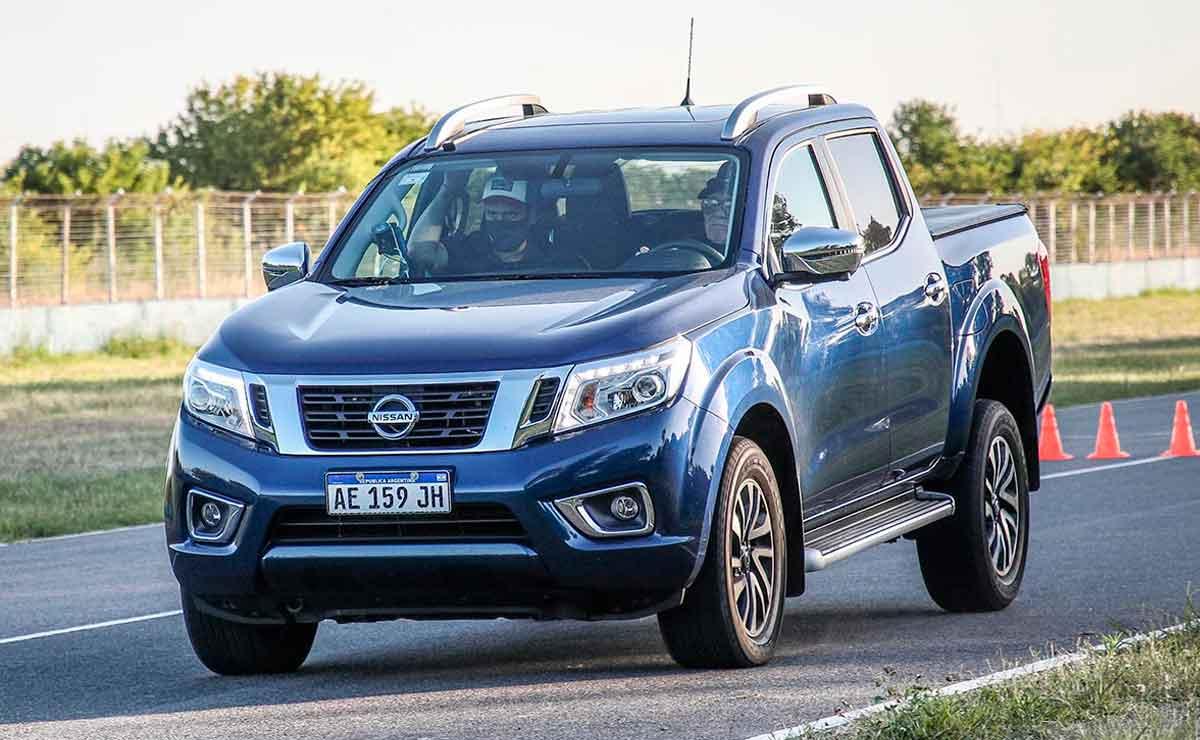 cual es la pick up que mejor frena Nissan-Frontier-trompa
