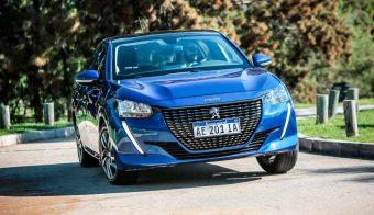 Peugeot-208-doblando