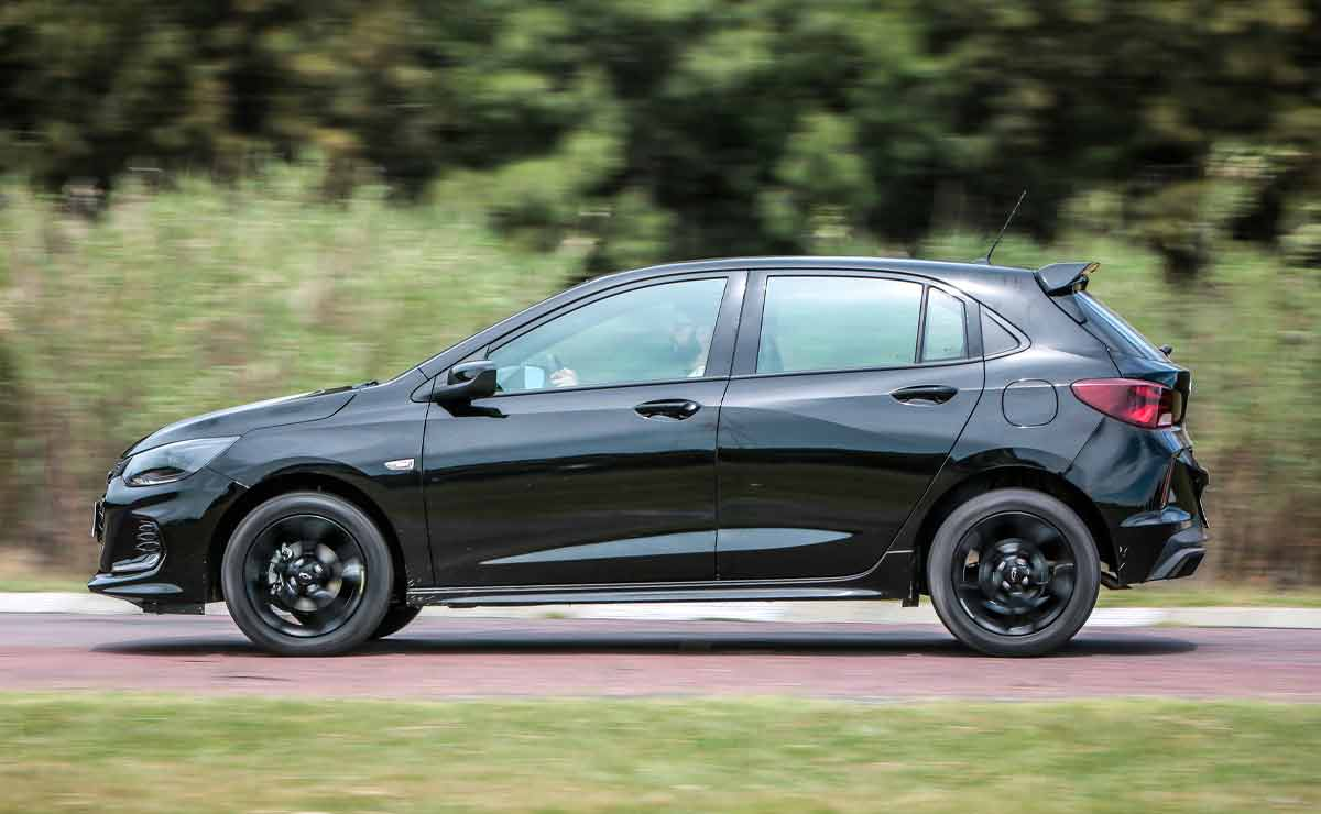 Chevrolet-Onix-RS-lateral
