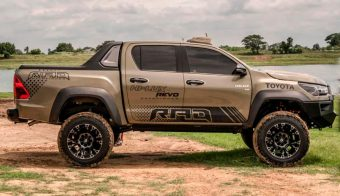 TOYOTA HILUX REVO LATERAL